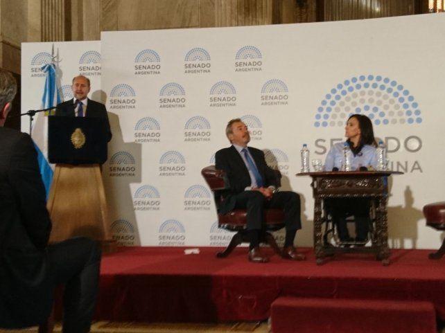 El senador Omar Perotti durante su discurso.