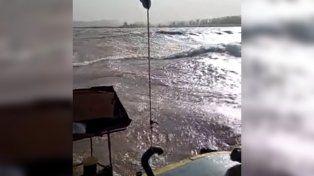 Un video muestra las olas que se generaron en el río por la tormenta de viento.