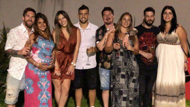 Messi junto a su familia posan durante la fiesta de fin de año.