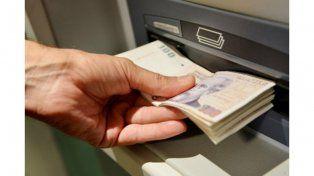 efectivo. Los usuarios de tarjetas de débito pueden obtener dinero en súper y comercios de la red Extra Cash.