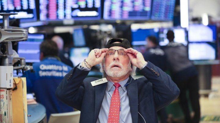 Bonos y acciones se desplomaron en la apertura de los mercados