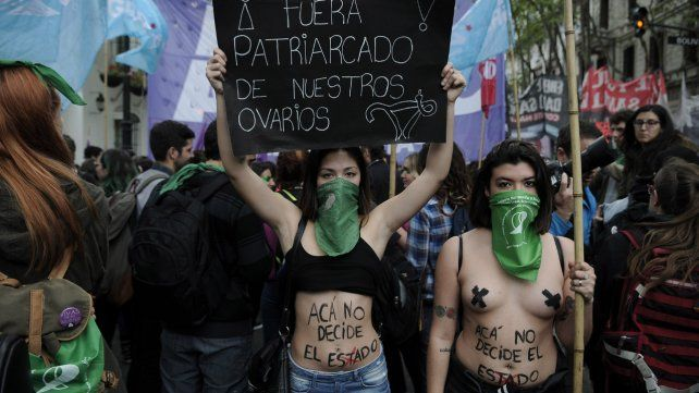 Protesta. Numerosas mujeres marcharon con sus pañuelos verdes.