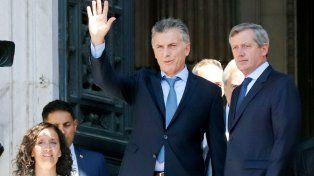 Escoltado. Macri se retira del Congreso y saluda a un puñado de seguidores desde la puerta.