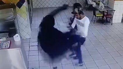 Le dio una paliza al cocinero disgustada con la comida que le había servido