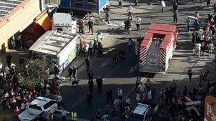 El hecho. Un tren embistió al camión de caudales y delincuentes se llevaron dinero en bolsas.