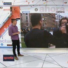 La captura de la imagen en vivo mientras el periodista era agredido en plena transmisión.