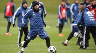 Messi está más afuera que adentro para el partido ante Italia