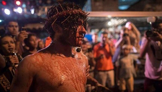 Intentó salvar a Jesús en la celebración del Viernes Santo y desencadenó una gresca
