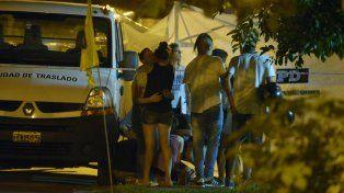 Dolor. Algunos de los familiares de las víctimas llegaron a la escena del crimen en Liniers al 2000.