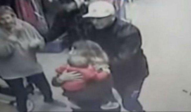 Un asaltante amenazó con un arma a un bebé en un robo en La Plata.