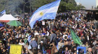 Multitudinaria marcha de actores y la oposición contra del acuerdo con el FMI