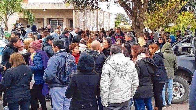 Bronca. Más de un centenar de vecinos se convocó frente al domicilio del agresor para expresar su repudio.
