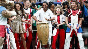 ronaldinho hizo delirar al publico a pura musica
