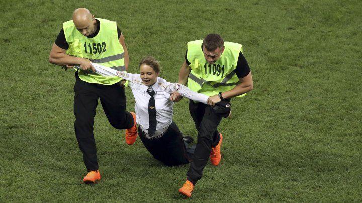 Cuatro personas invadieron el campo de juego en la final en nombre de las Pussy Riot