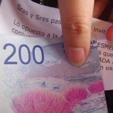 Un abuelo repartió billetes de 200 pesos en un tren