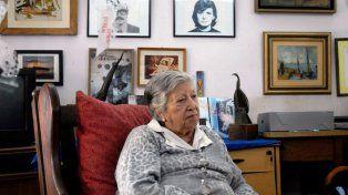 Una vida de lucha. Chicha Mariani junto a las fotos de su hijo y su nuera