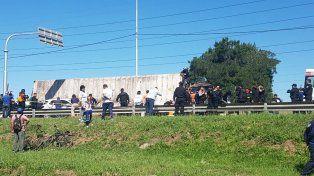 Rescataron y trasladaron al hospital a dos mujeres que habían quedado atrapadas debajo de un camión