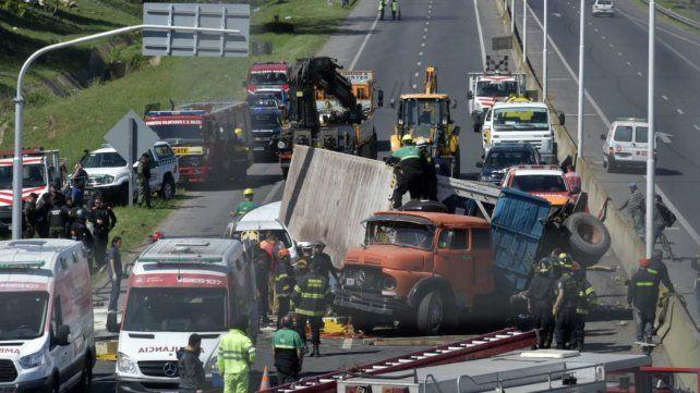 Bomberos trabajan para rescatar a los chicos atrapados en el auto.