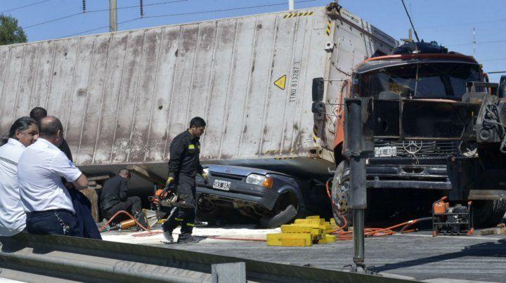 El Ford Escort quedó debajo del camión y hay personas atrapadas.
