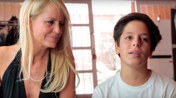 Máximo con su mamá, la exmodelo Cecilia Bolocco.