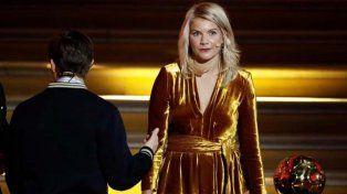 Por primera vez una mujer recibió un Balón de Oro pero recibió un comentario machista