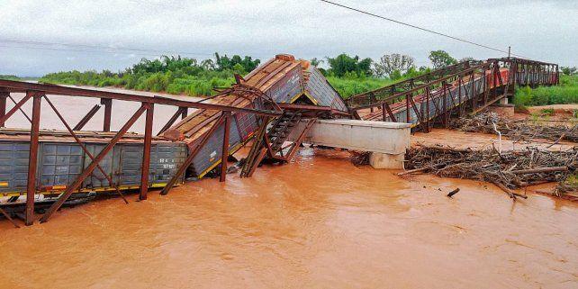 Un puente colapsó en Salta justo cuando pasaba un tren