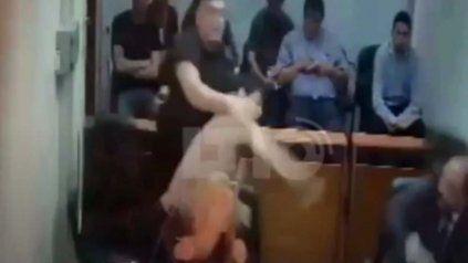 Video muestra cuando un detenido le tira con el tacho de basura a un fiscal