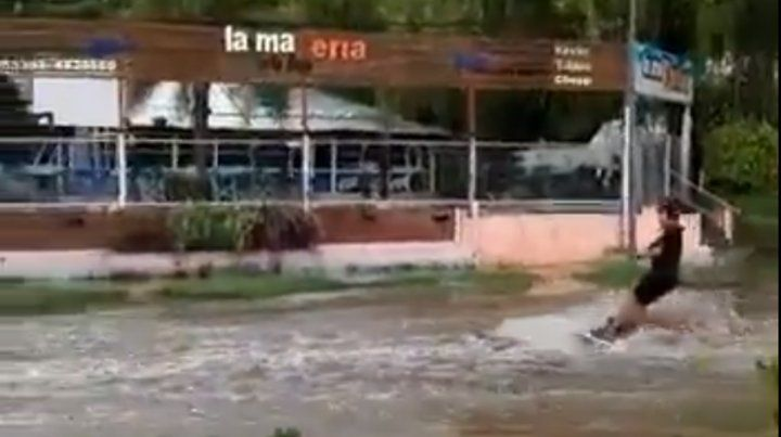 Video: Un joven aprovechó la inundación para hacer esquí en la costanera