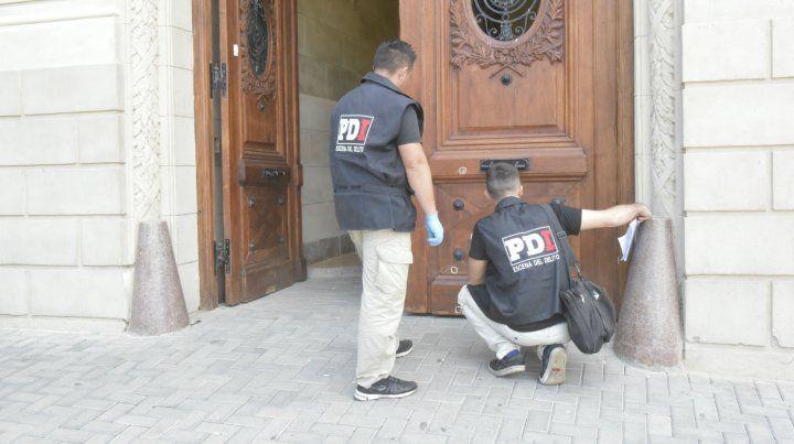 El Concejo Municipal amaneció con doce impactos de bala y cartel intimidatorio.