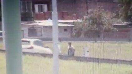 El video del  momento en el que un conductor atropella y mata a un joven que intentó robarle