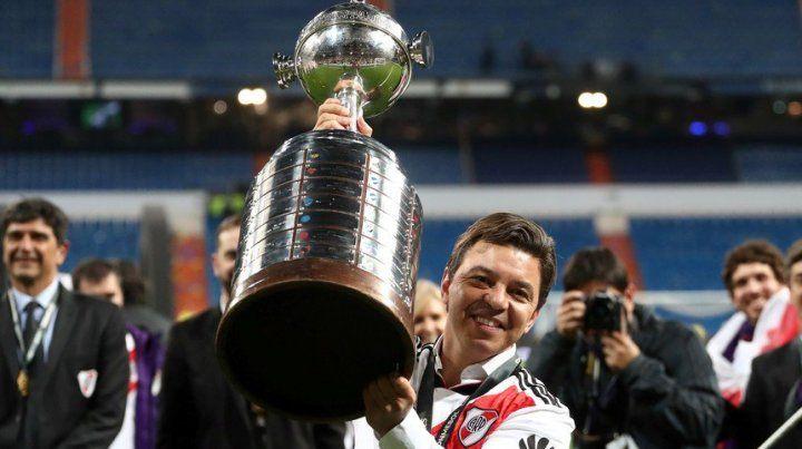 El DT de River Marcelo Gallardo con la Copa LIbertadores.