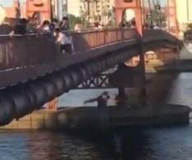 Un video muestra un arriesgado salto desde el puente colgante de Santa Fe