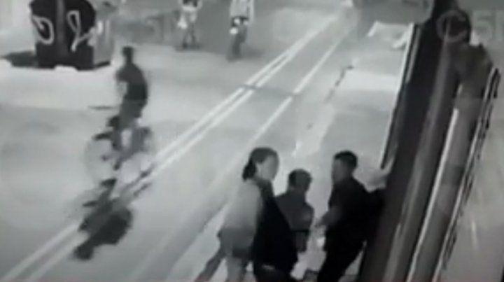 Un cámara de seguridad captó cuando le disparan al turista sueco