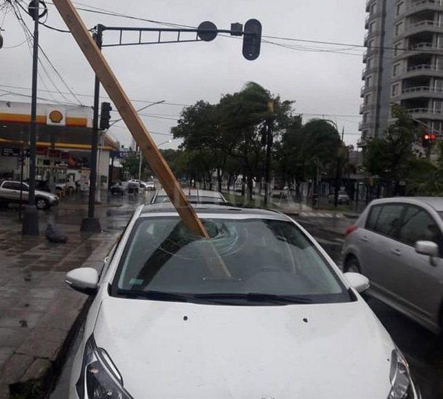 Una viga atravesó el parabrisas de un auto en pleno centro de Santa Fe
