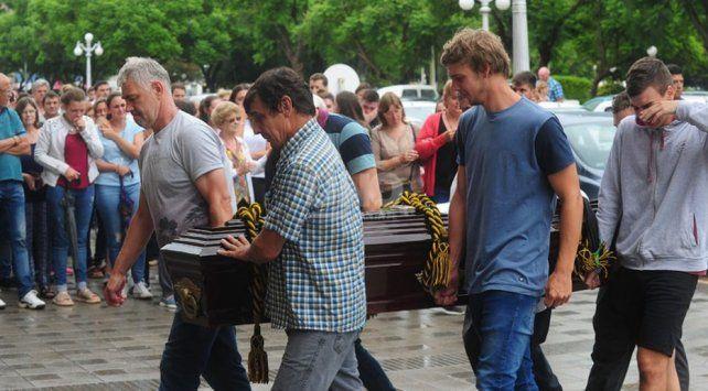 Con gran dolor familiares y amigos despidieron los restos de Agustina en Esperanza