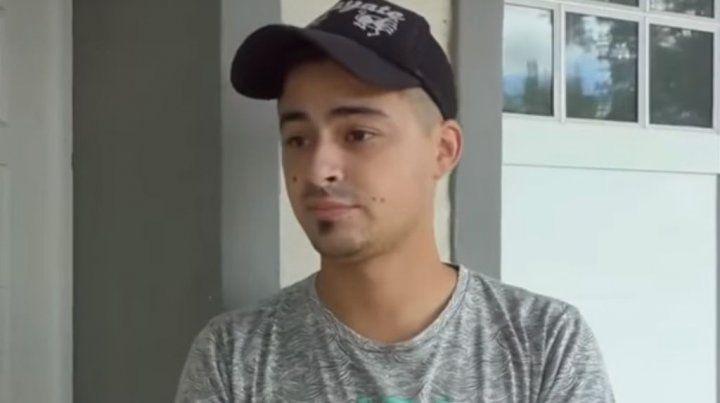 El joven pide que le devuelvan el trabajo para poder darles de comer a sus dos hijos.