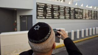memorial. Frente al nuevo edificio de la Amia se recuerda a las víctimas.