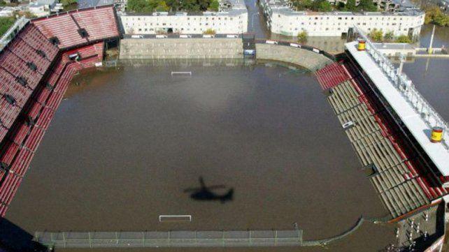 La cancha de Colón quedó bajo agua en 2003