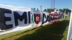 La bandera que despide a Emiliano colocada por los vecinos.