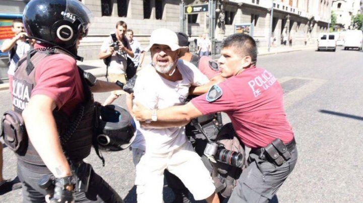 La policía Metropolitana detuvo a varios manifestantes en el cuadernazo.