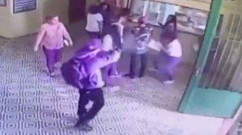 El adolescente disparando en la escuela.
