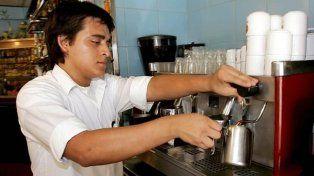 Un inmigrante trabajando en un bar de Madrid donde hay 370 mil empleados extranjeros.