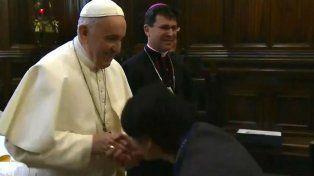 El Papa evitó que le besen en Anillo del Pescador.