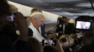 Viaje. Francisco ayer a bordo del avión donde habló con la prensa.