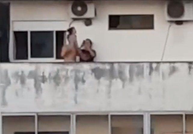 Un vecino filmó una pareja haciendo caminar a un bebé por una cornisa