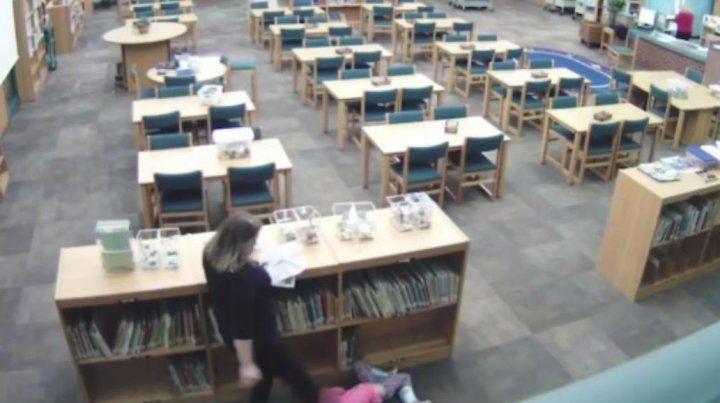 Una maestra fue filmada dándole una patada a una nena de 5 años