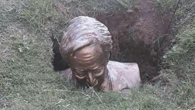 Vandalizaron y enterraron en un pozo un busto del expresidente Néstor Kirchner