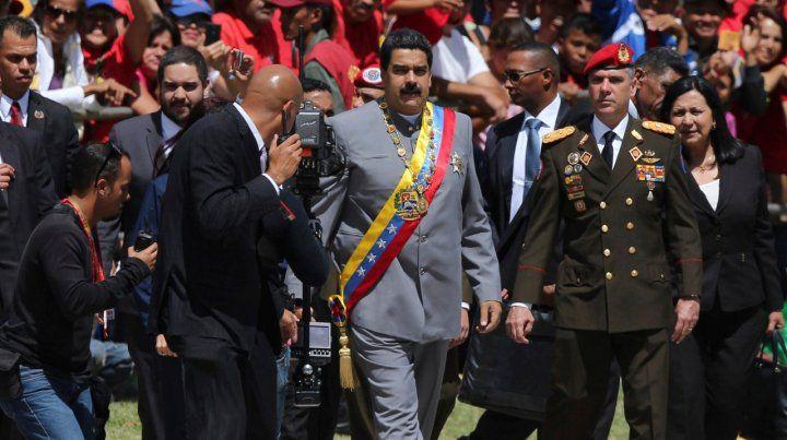 Objetivo. Maduro durante una ceremonia. El oficial de la derecha habría tenido contacto con Washington.