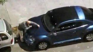 Le bloquearon la cochera, tuvo un ataque de furia y destrozó el auto