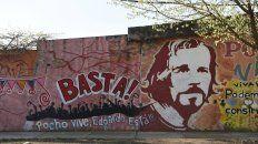 La imagen de Claudio Lepratti y la frase de Pocho vive, en las paredes de barrio Ludueña, uno de los sitios donde trabajó junto a los jóvenes.